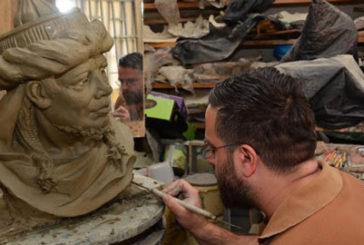 L'artista maltese Manwel Grech firma il presepe di piazza San Pietro