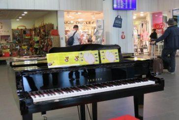 Lezioni di pianoforte ai pax in attesa all'aeroporto di Fiumicino