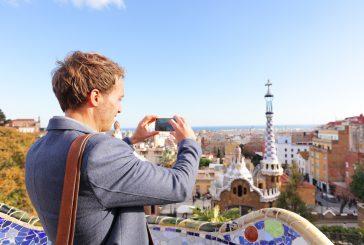 Italiani in vacanza meno dipendenti da smartphone, resta l'amore per le guide cartacee