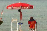 Più di mezzo secolo in riva al mare: a Cefalù il nonno bagnino compie 93 anni
