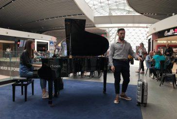 Flash mob dei giovani talenti dell'Opera all'aeroporto di Fiumicino