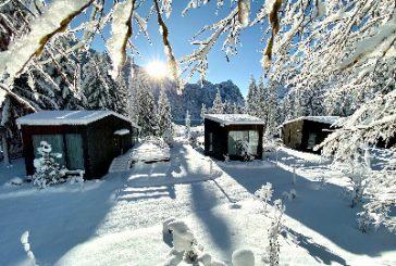 Il cielo brilla di neve negli Skyview Chalets sul Lago di Dobbiaco