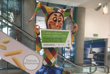 Il Carnevale di Putigliano sbarca all'aeroporto di Bari: Farinella accoglie i passeggeri
