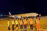 Gli equipaggi di terra di Emirates salutano gli ultimi voli in partenza da Dubai